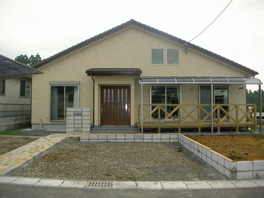 カラフルな玄関アプローチに屋根付きウッドデッキ。さらに光を取り込む天窓付き