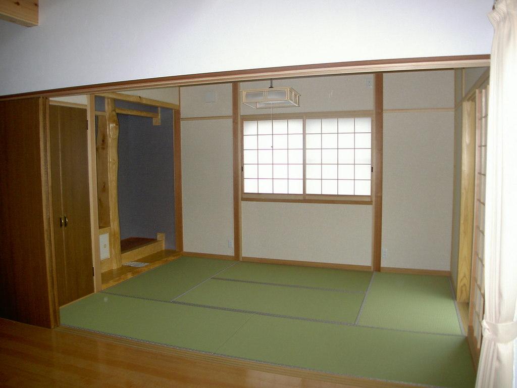 バリヤフリーの造り・床の間、仏間のある落ち着いた<br />色合いの和室です。