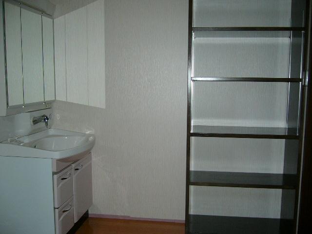 洗面所にはとっても便利な棚を取り付けました。<br />毎日使うタオルなどの収納に最適では?<br />他、使い方いろいろ!!