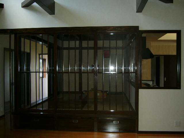 ガラス戸付お洒落な和室です。<br />キッチン入口もガラス戸つけて現代和風の仕上がりに!