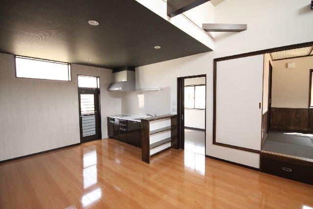 リビンクのみ桁を見せてとても明るい空間できました。<br />キッチンの屋根を普通にし別室のように仕上がりました。<br />和室も落ち着いたお洒落な畳です。