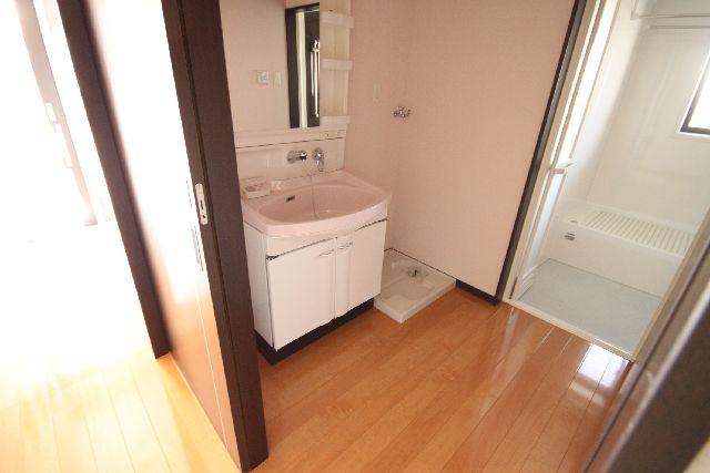 明るい色のクロス・かわいいピンク色の洗面台です!<br />