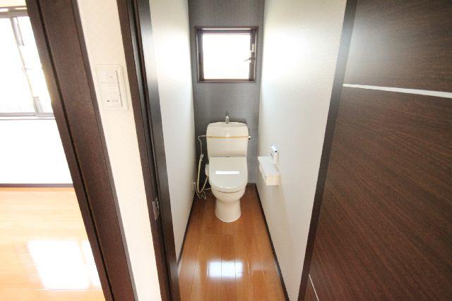 トイレ落ち着いたクロスを貼りました!<br />玄関は素敵な赤の飾り棚つけました。