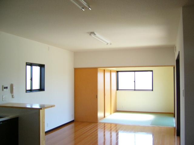 和室とリビング二間続きの日当たりの良い<br />広々とした空間に仕上げました。