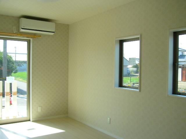 リビングは小窓×2でオシャレに明るさを確保