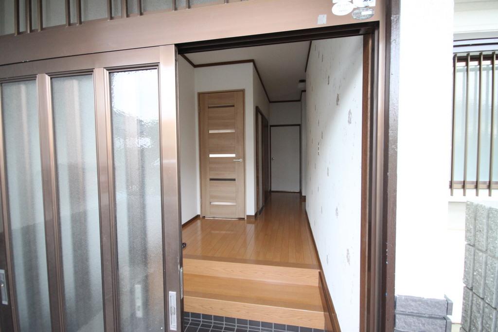 玄関もクロスを張り替えてオシャレになりました。