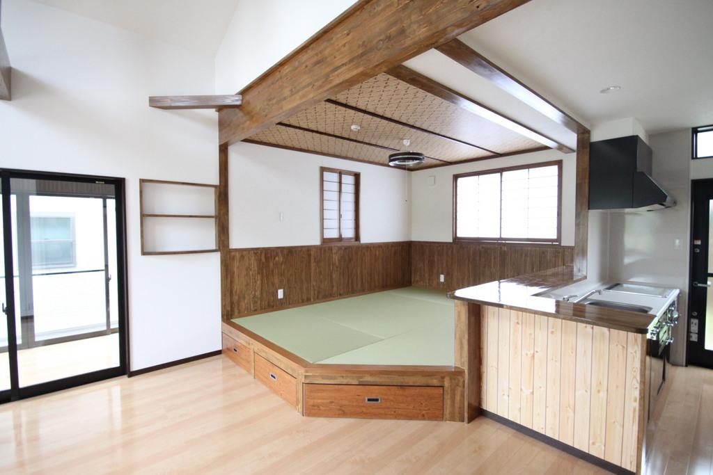 カウンターキッチンの前には一段上がった畳コーナーが!! 腰を掛けられるのでとても便利!! しかも大容量の収納付き!!
