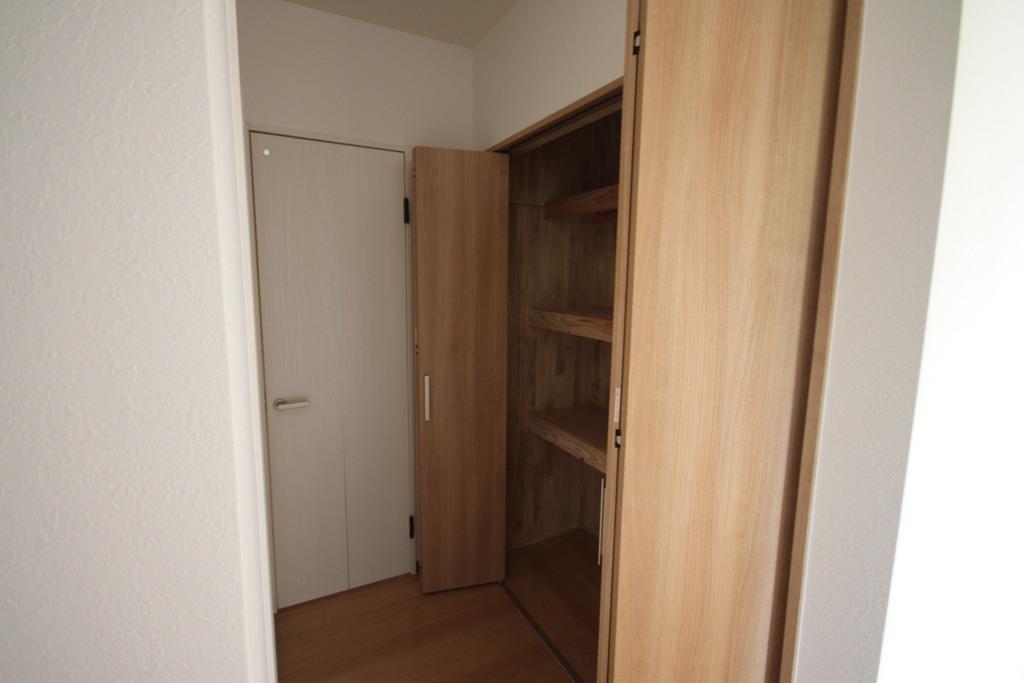 洗面所の向かい側にも大容量の収納が!!<br />たくさんの荷物もスッキリ片付きます。