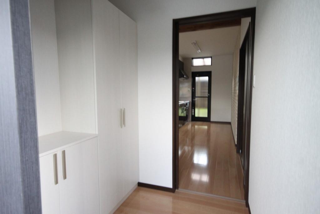 白で統一された明るい玄関が、お客様と家族を明るく迎えてくれます。