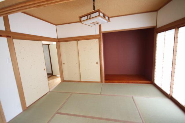 お洒落なカラーの和室になりました。