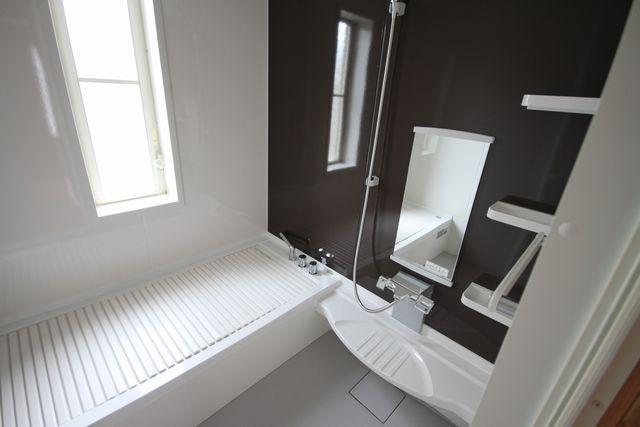 タカラのシステムバスに変わりました。<br />乾燥器付の素敵なお風呂になりました!