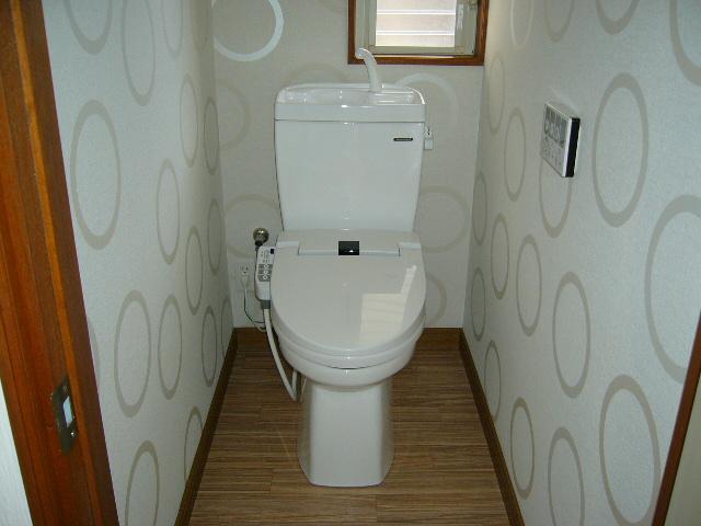 かわいいクロスを貼り明るいトイレになりました!