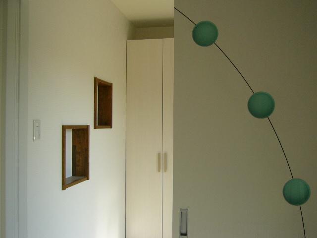 飾り棚のついたお洒落な玄関口です。