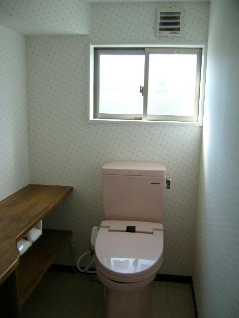 かわいいクロス・ピンクのトイレが和みますね!