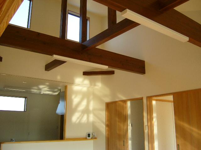 天窓をつけ桁を見せることで明るい解放感のあるリビングに!
