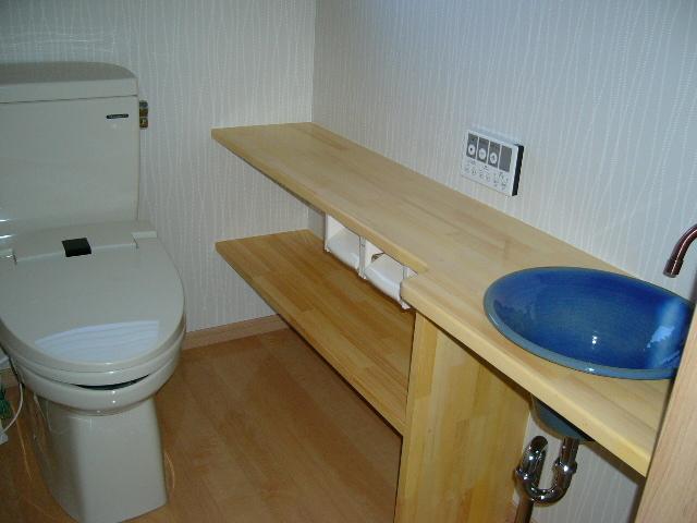ブルーの手洗い器・棚のついた落ち着いたトイレです。