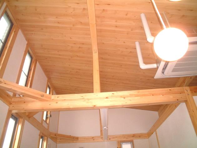 天井は勾配ナリに張ることにより「ゆったり」とした空間が味わえます。<br />