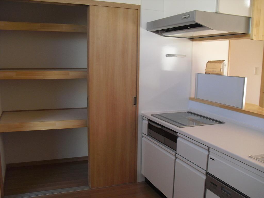 奥様には嬉しいキッチン横の大容量収納!キッチン周りの荷物の心配はありません!!