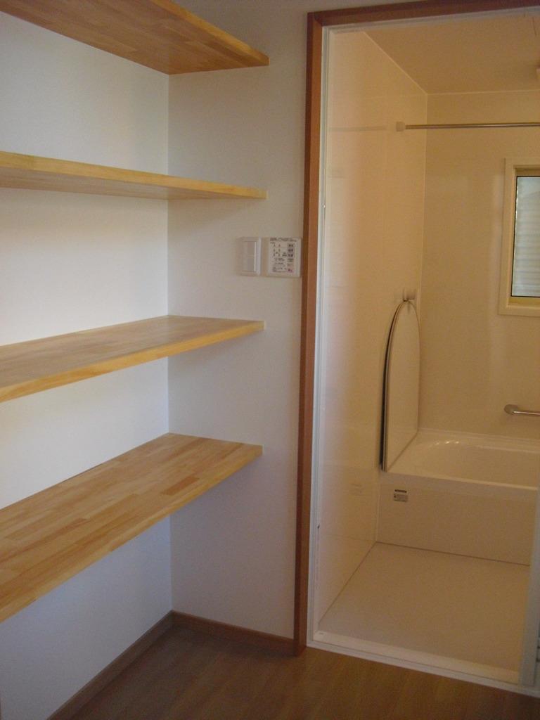 洗面台には家族分の荷物が収納できる広い棚を設置。