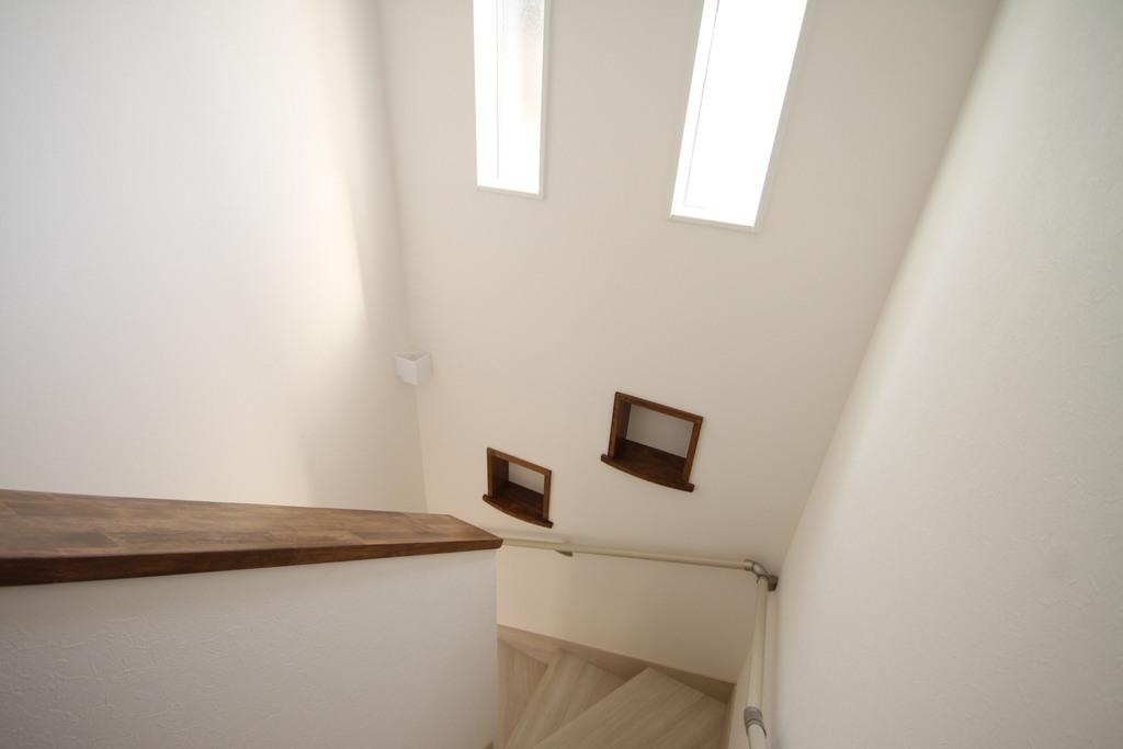 階段途中にある小物を置ける棚を設置♪